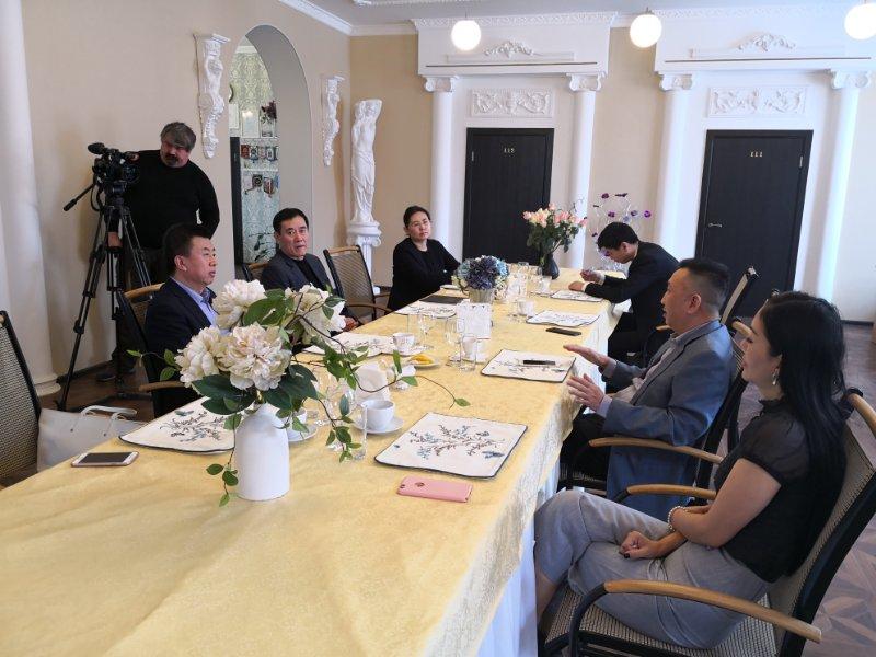 协会副会长单位青岛巴龙集团董事长姜俊平,副董事长刘春燕,海外协会
